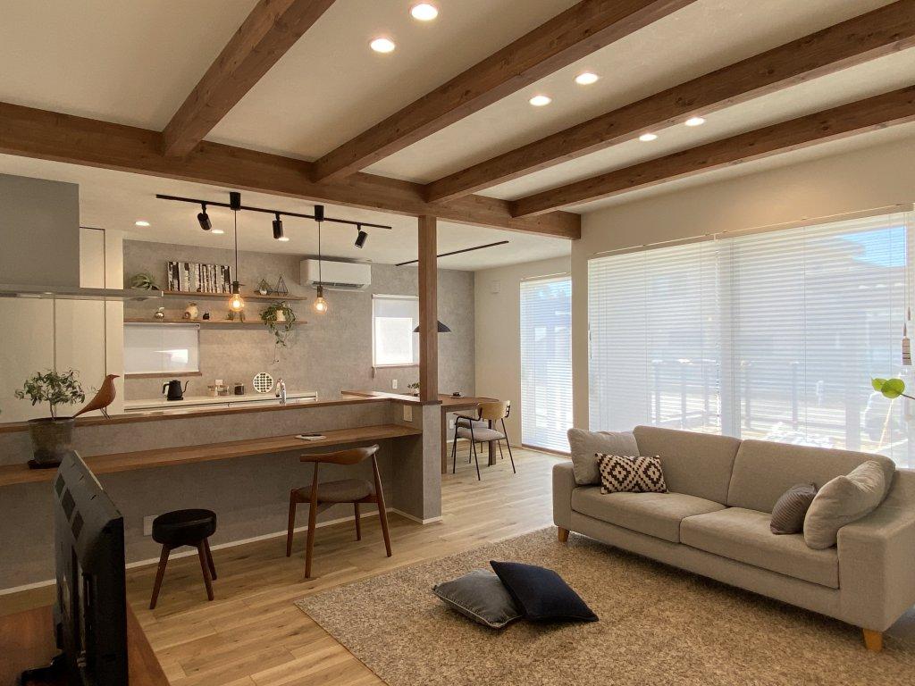 勾配天井で変化をつけたリビングスペース。広さも感じることができます。