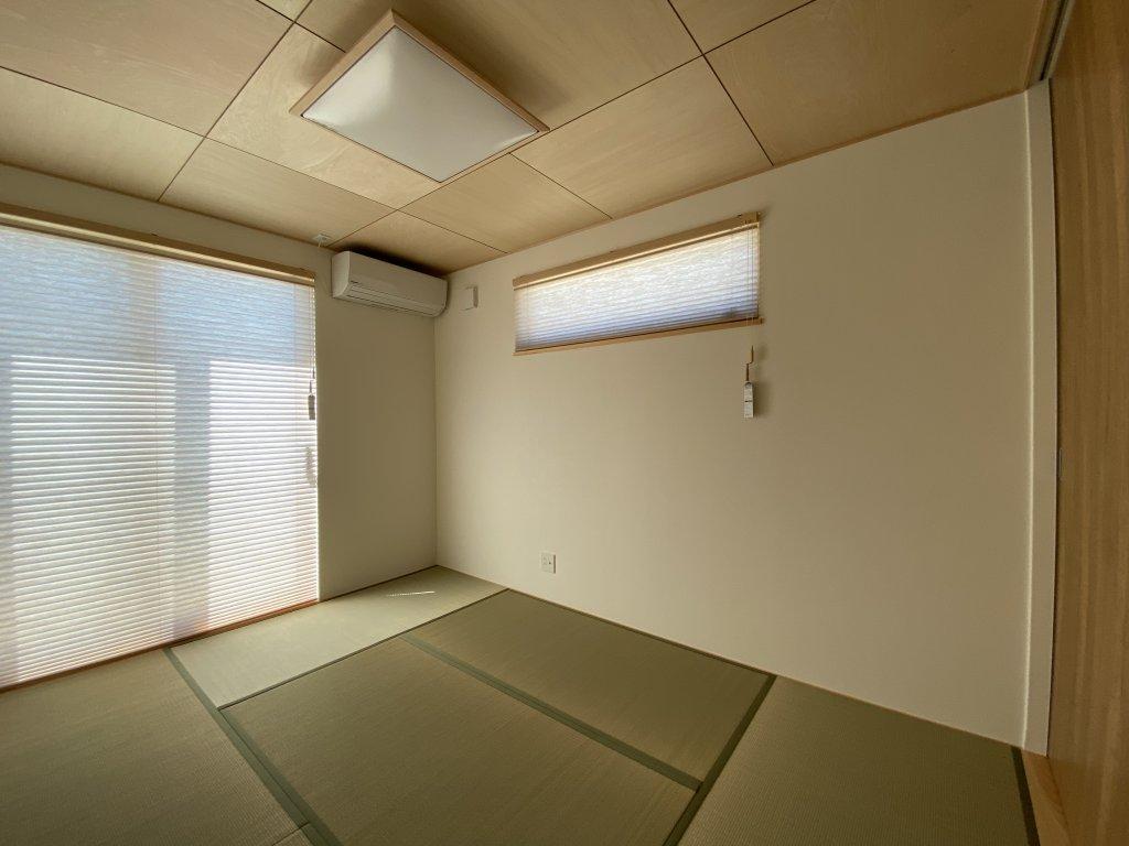 間仕切りは開け放しておけばこんなに広々。ダイニングの脇には細々したものをまとめられる、階段下収納が。