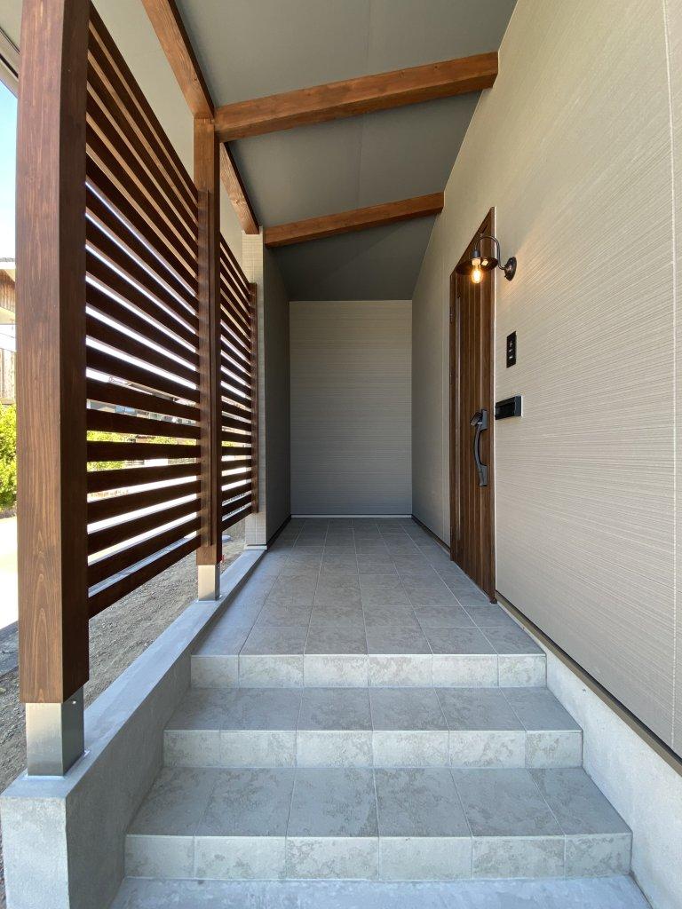 玄関はお家の顔。階段の一部に取り入れたステンドグラスがお客様をお出迎えします。