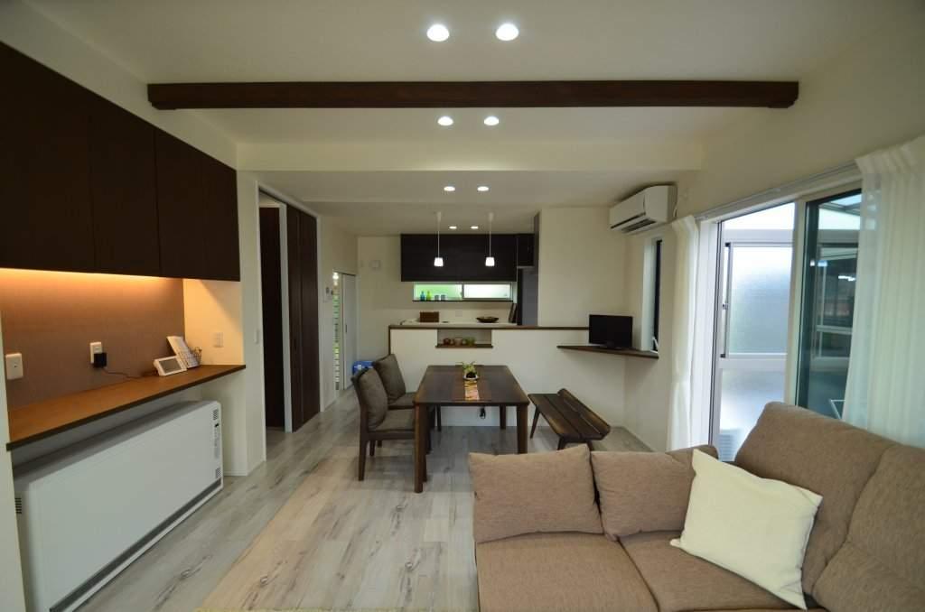 白い床材が印象的な子世帯LDK。キッチンは横並びに勝手口付きの食品庫も設け、家事動線もバッチリ♪