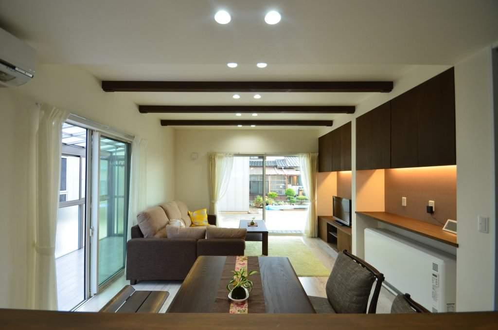 蓄熱暖房機を納めるカウンターやTVボードはオーダー家具で空間に一体感を出しました。収納スペースもしっかり確保してあります。