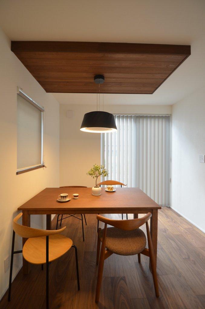 4.5畳の和室。腰壁と格子で間仕切ったくつろぎの空間。