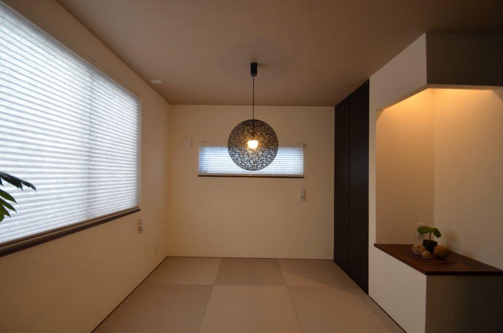 白い床に白い壁、白い扉が特徴のお家。LDKの開き扉は木の色でナチュラルな雰囲気に。