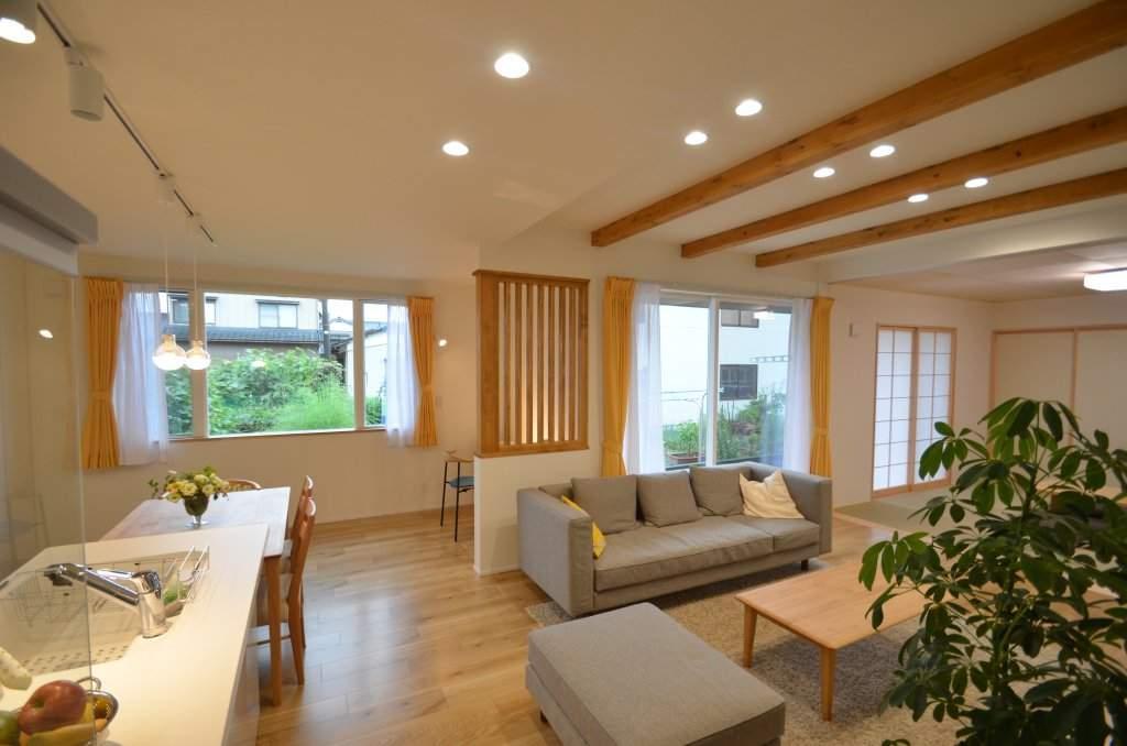 LDKは全体的に黄色を基調としたナチュラルなイメージ。大きな窓、和室とのつづき間などによって開放的で居心地の良い空間に仕上がりました。