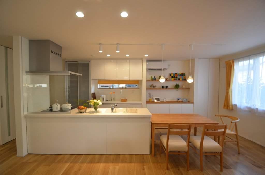奥様の家事導線にも気を遣った使いやすいアイランドキッチン。