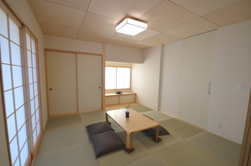 半帖畳や天井のシナベニヤ、障子が融合したモダンな和室。玄関から直接出入りできるので客間としても重宝します。