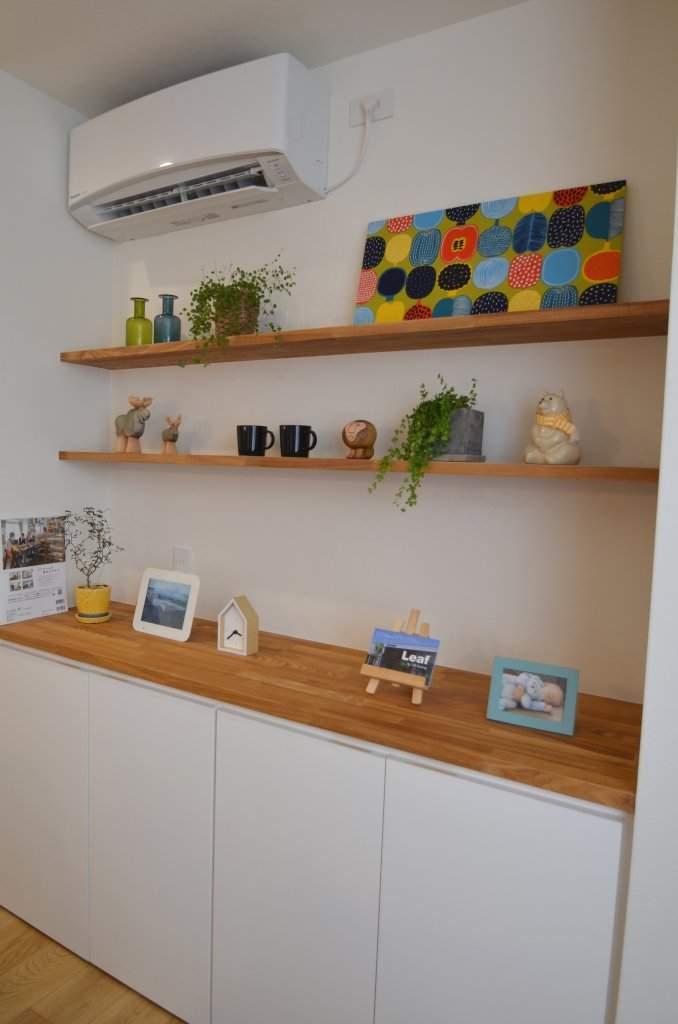 ダイニングの収納家具の上部には思い出の写真やお気に入りの雑貨をレイアウトできる飾り棚。