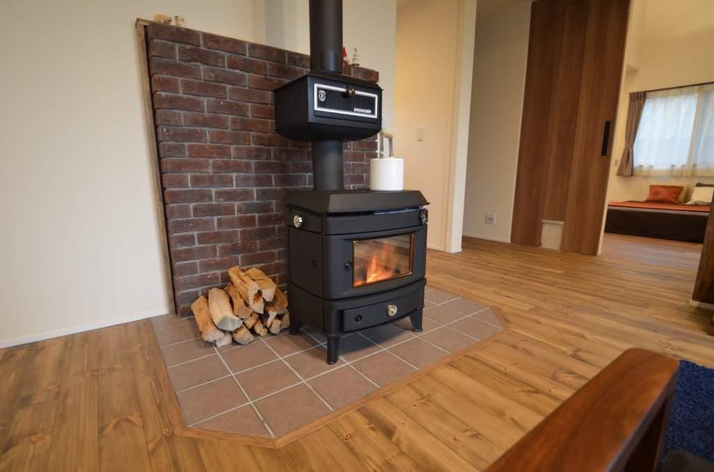 リビングの中心に据えた薪ストーブがお家をまるごと暖めてくれます。