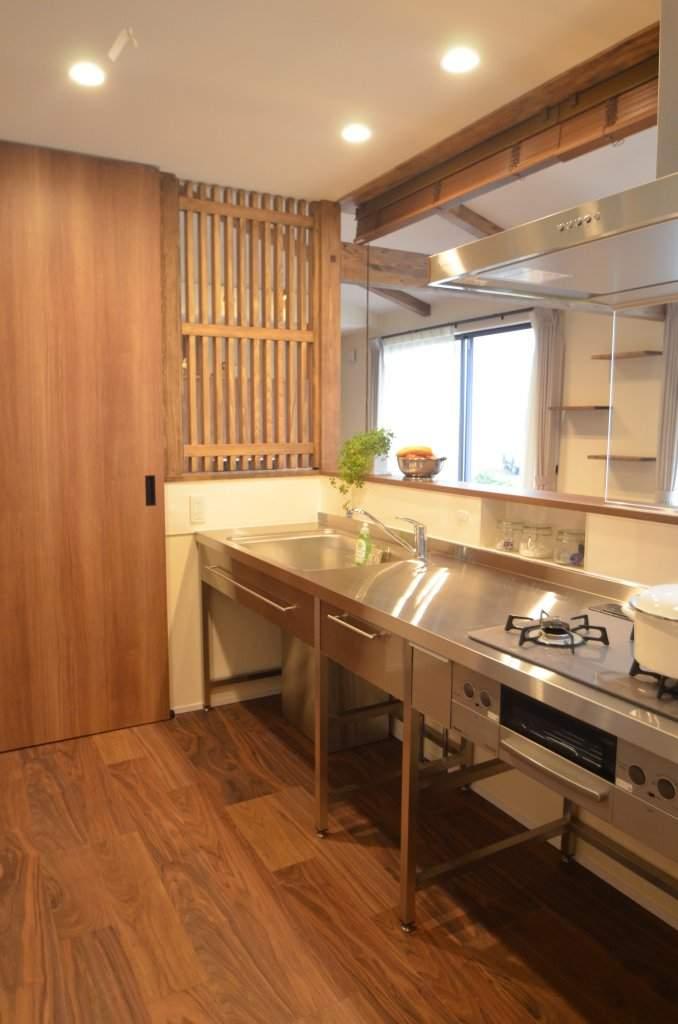 リビングと一体のキッチンは扉を閉め、スクリーンを降ろせば個別の空間としても使用できます。外出中にペットが侵入するのも防ぎ、奥様も安心。