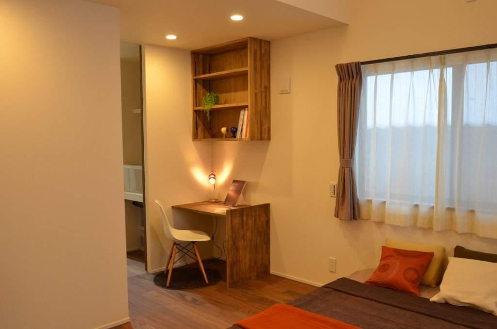 寝室の一角にご主人こだわりの書斎スペース。本棚を造作し、コンパンクトながら実用的なコーナーになりました。おちついた空間にもマッチしております。