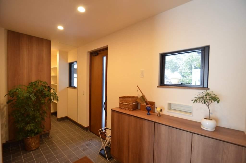 玄関土間に続けて設けた勝手口は家族用の玄関としても使用可能。パントリーへの動線にもなり、奥様にとっても便利になっております。