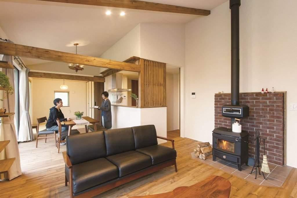薪ストーブはご主人の念願。収納たっぷりの和室も含め、ひと続きの広い視界を確保したLDKと開放感が魅力。