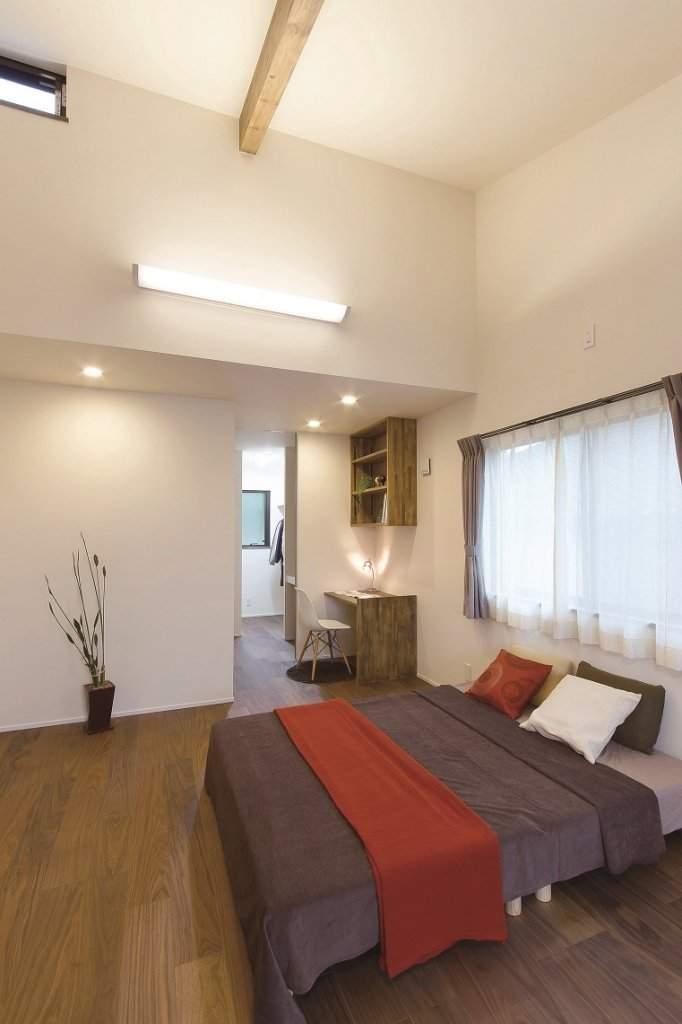 寝室もゆとりの広さ。小さな書斎コーナーの奥には、収納力抜群のウオークインクロゼットが。
