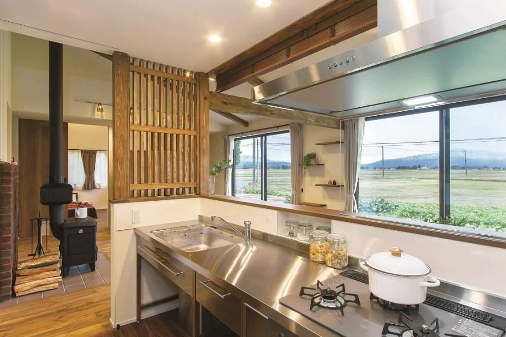 キッチンからは窓越しにのどかな景色が一望できる。ステンレスの素材が空間にマッチ。