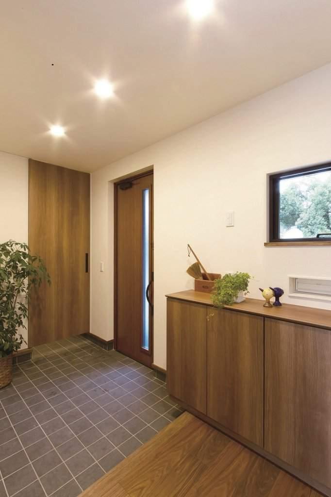 玄関に入って右側の扉は、パントリーに続く家族用の出入口。外回りの雑多なものも隠して収納できる。