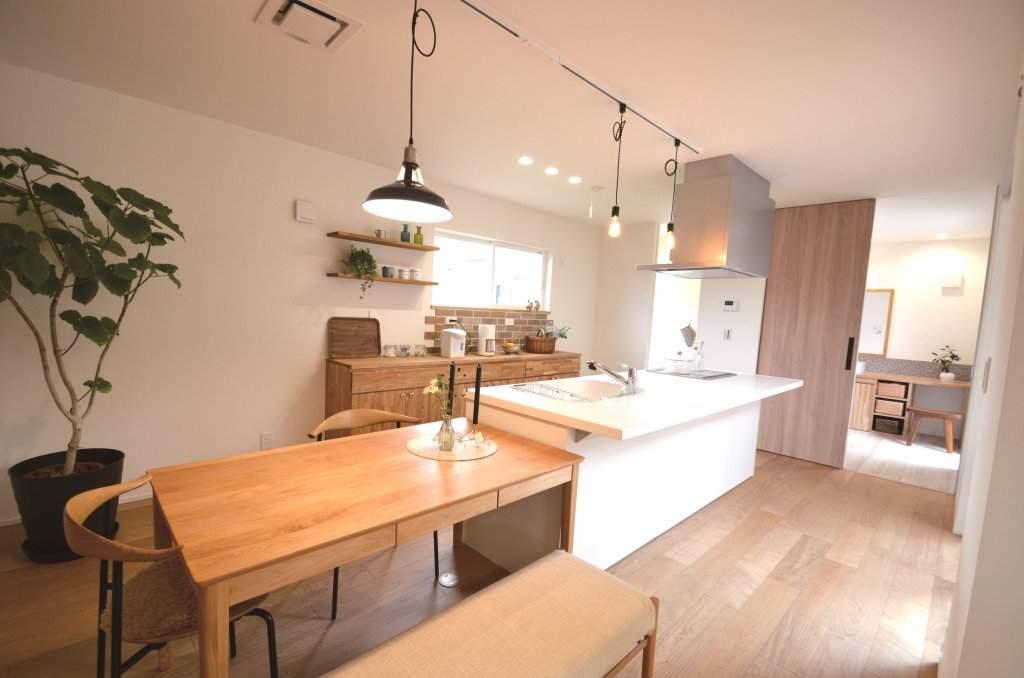 アイランド型キッチンにテーブルを一直線に配置。配膳は横移動、回遊動線で動きやすく。