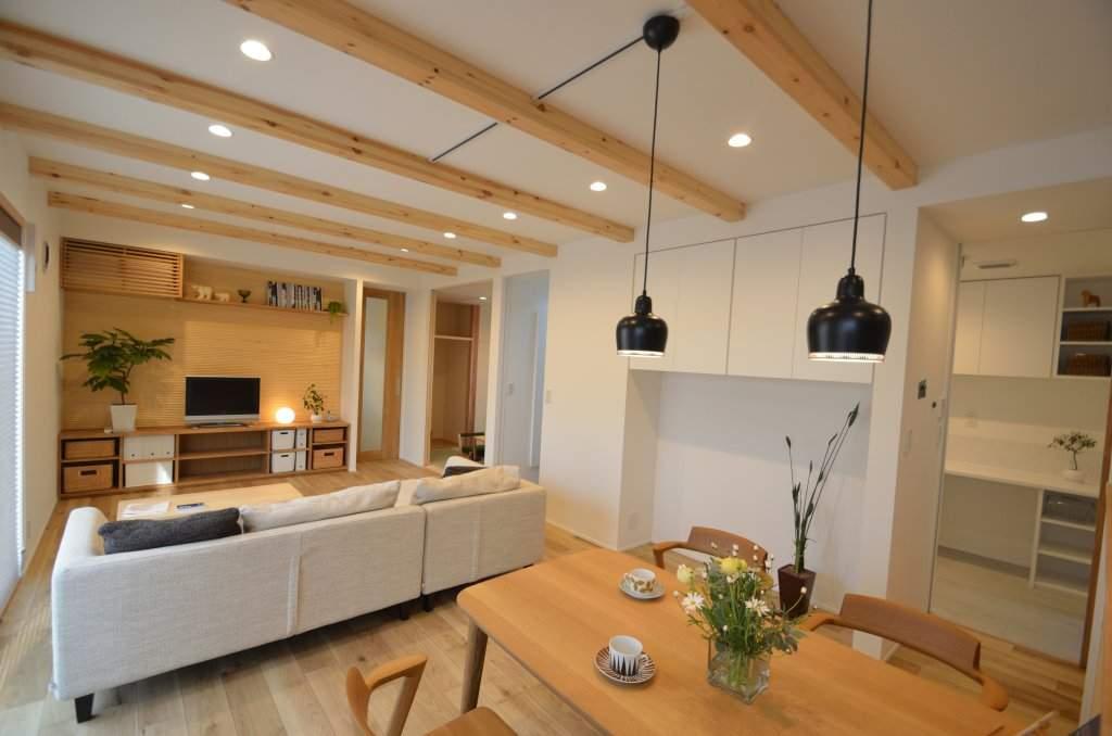 木目を配した広々LDKは、敷地条件を生かした光が差し込む明るい空間に。 造作のTVボード背面とキッチン周りの壁には木のデザインパネルを施し、お部屋のアクセントとなっております。