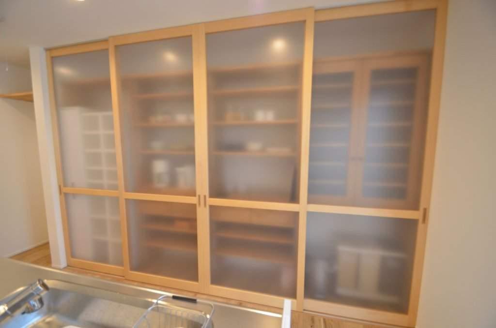 キッチン収納は引戸を取付食器から調理家電までキッチン周りのものが全てスッキリ納まります。