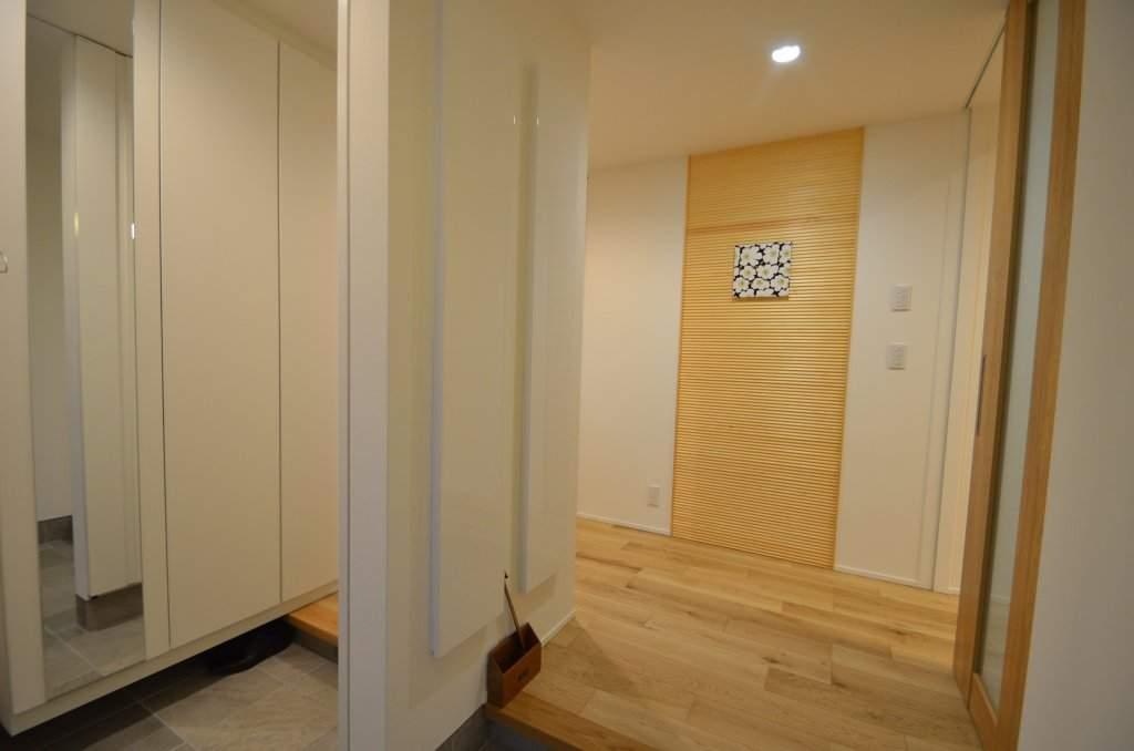 コートも靴もしまえる大容量の玄関収納、扉を閉めればスッキリした印象に。お客様のお迎えもゆったりと。