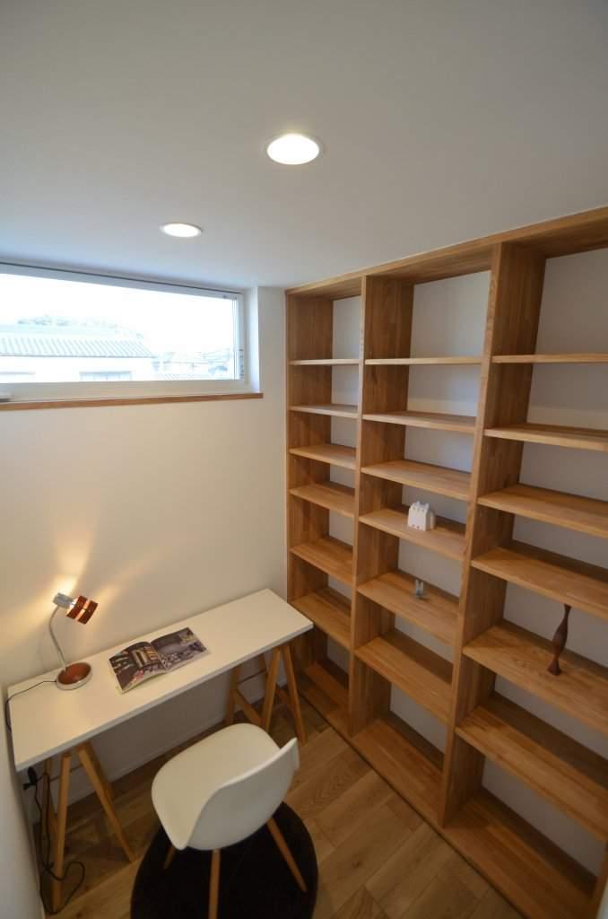 書斎スペースには天井までの本棚を造作し実用的に。