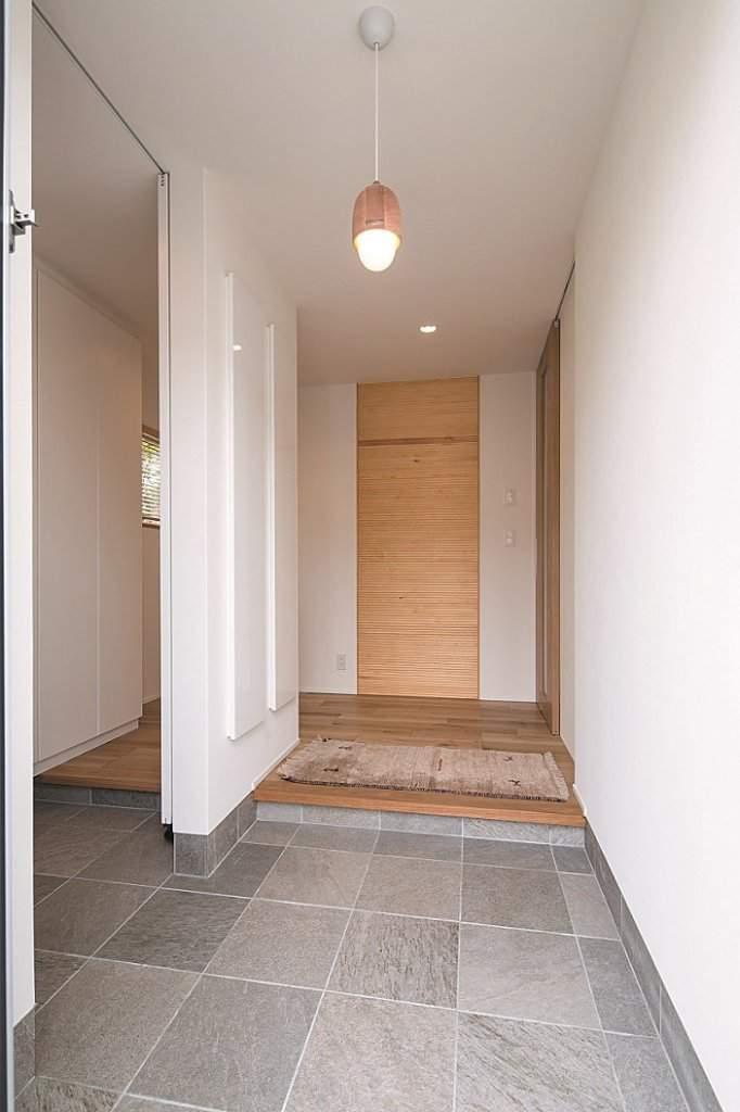 玄関もゆったり広々。扉付きのシューズクロゼットに、家族の持ち物をすっきりと収めている。