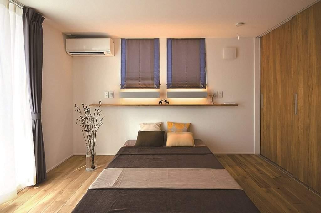 ご夫婦の寝室はシックな雰囲気。容量たっぷりのウオークインクロゼットも備えている。