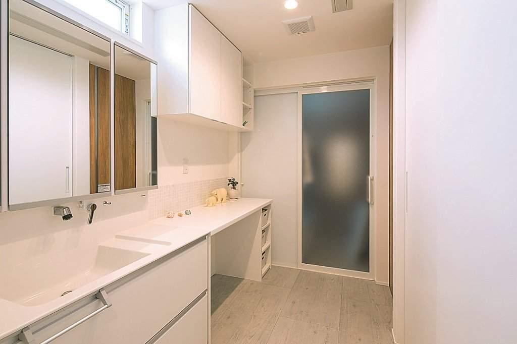 白を基調とした清潔感あふれる洗面脱衣室は、広々と使いやすい空間。