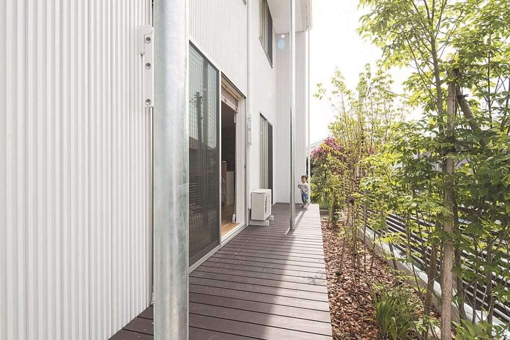 リビングに面した開放的なデッキ。フェンスと併せて、体にも環境にも優しいベンガラ塗装を施した。