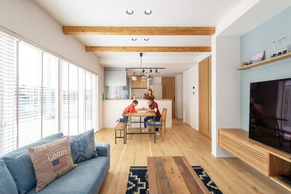 清々しい白を基調に、節のある木目の床や建具、現しの梁で温かみを加えたLDK。南向きの大きな窓からたっぷりと光が入る。