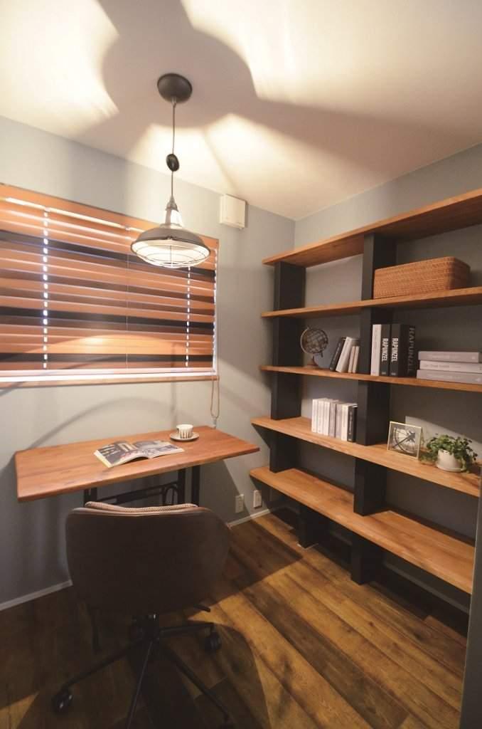 ご主人が事務作業を行う書斎は、2.5畳のコンパクトな空間。「棚には好きな酒のボトルを並べ、趣味の部屋としても活用したいですね」(ご主人)。