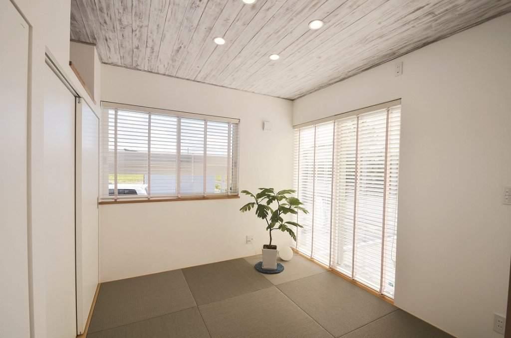 ヴィンテージ風の木材を用いた天井や、グレーの畳などでテイストを変えず、LDKとの自然な繋がりを実現した和室。