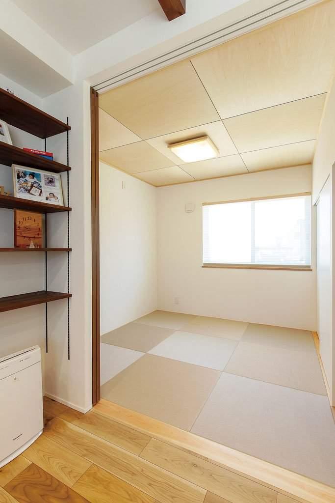 リビングから繫がる畳スペースは、今はお子様の遊び場として活用。「キッチンから子どもの様子が分かる間取りを希望しました」(奥様)。