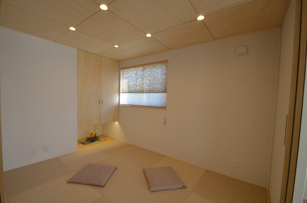 室内が広く感じられる吊り押入れ、床の間には照明を備えて・・・
