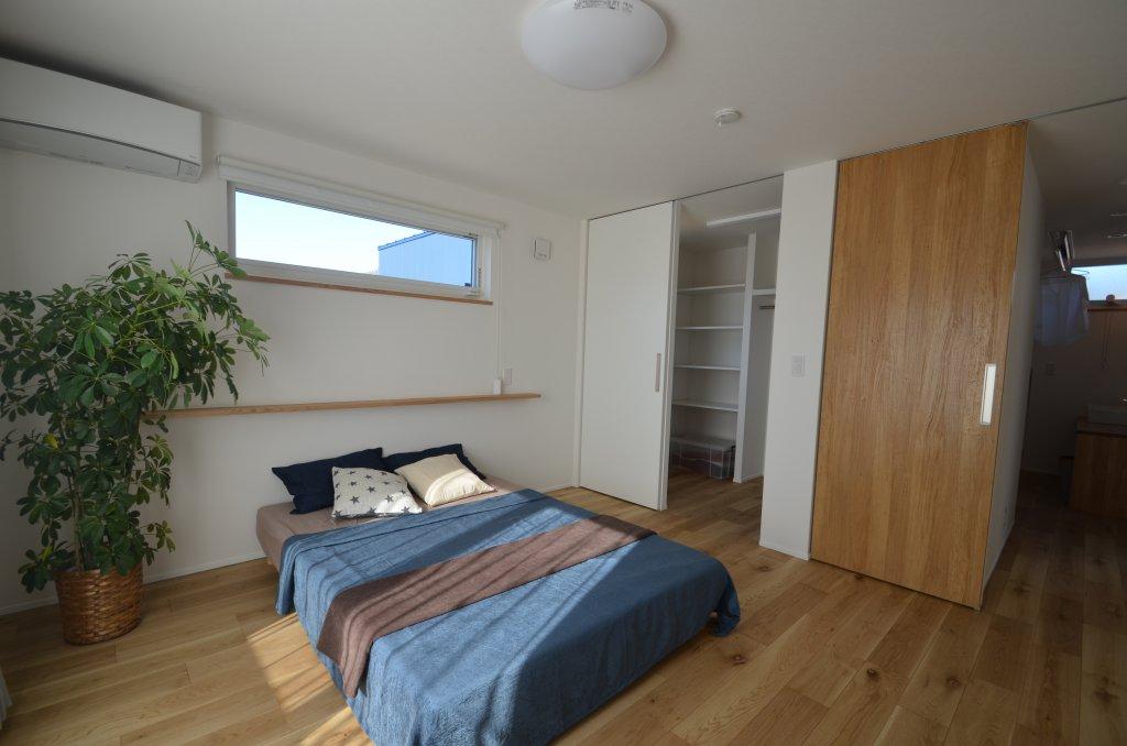 高い位置に設けた窓で光を取り込むとともにプライバシーを確保した寝室。ウォークインクローゼットは3帖と収納力ありです。