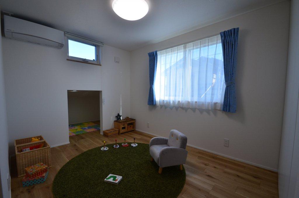 カーポートの上の空間を利用して大容量の小屋裏収納スペースを設け、細部まで暮らしやすさの工夫。こども部屋からも利用できます。