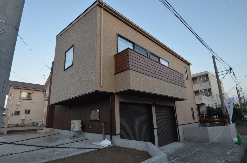 高低差のある敷地をいかして、1階にはインナーガレージと防音の音楽ルーム、2階に生活スペースを配置