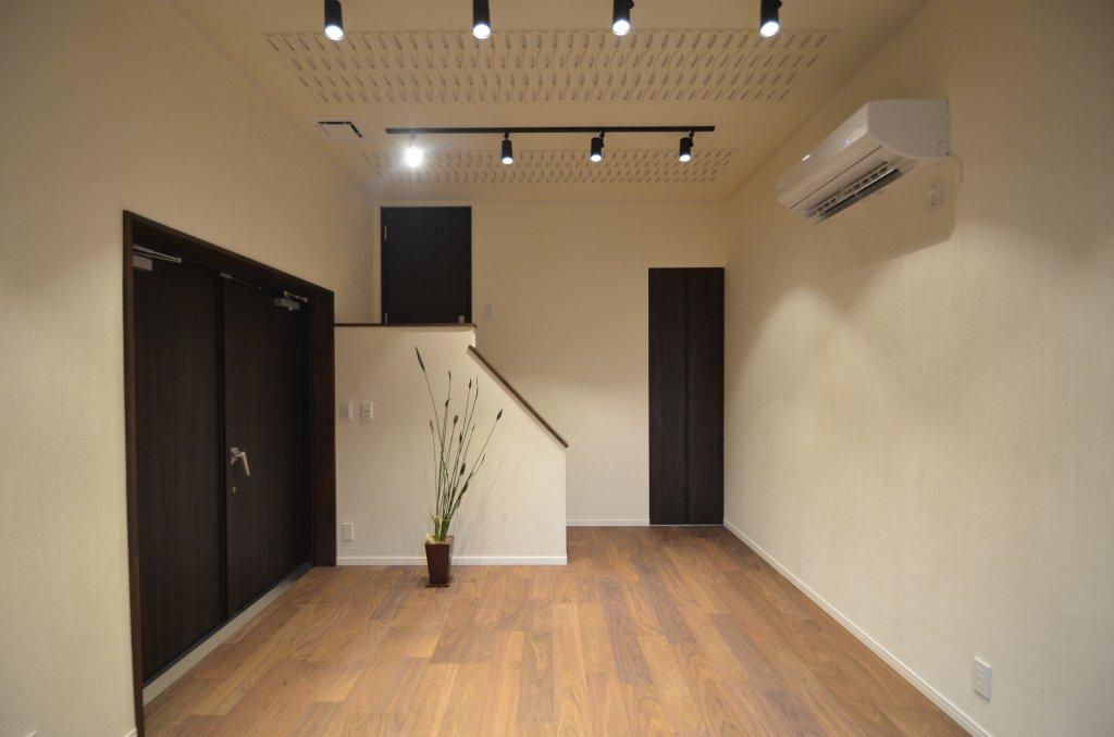 こだわりの音楽ルームは優れた防音性を実現!趣味の音楽を中心に考えられたお家、車庫直結の大きく開く扉から大きな楽器もラクラク搬入できます。