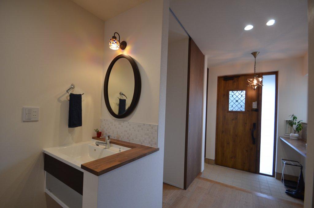 ホールに設けた手洗いは便利。帰宅後はすぐに手洗いうがい!ですね。