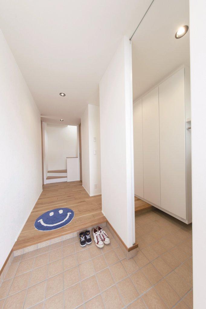 ハンガーパイプを設けた玄関収納は、なにかと便利な大容量♪ 濡れたコート類を室内に持ち込む必要がないのも魅力です♪ 玄関回りがスッキリ。
