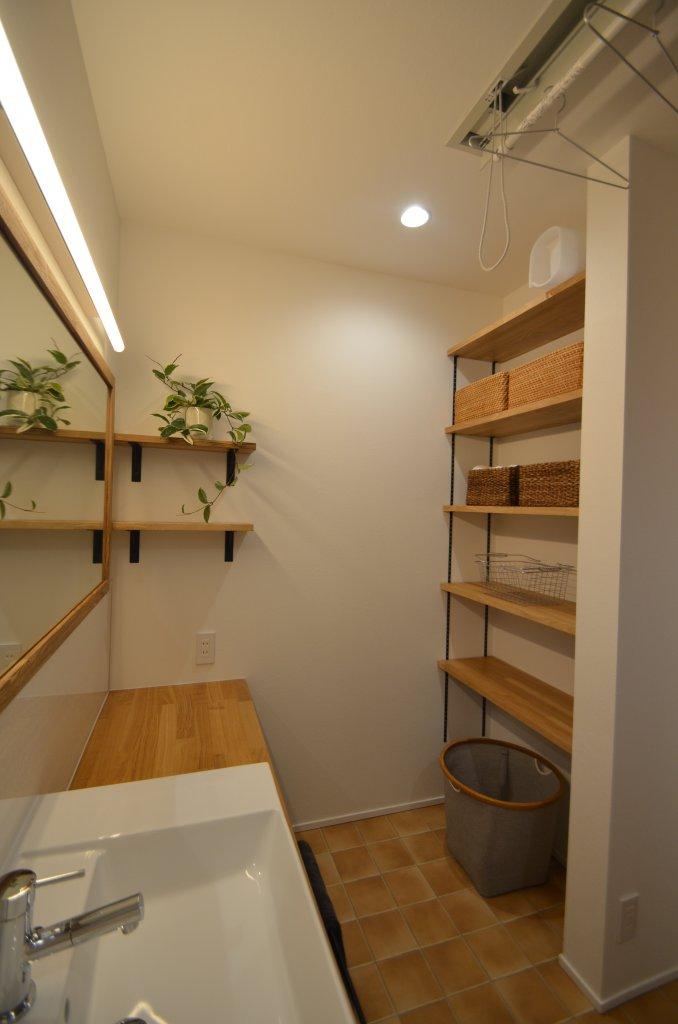 3畳の洗面脱衣室は、天気に左右されない物干しスペース。 洗面化粧台の下、上から下までの収納はカスタマイズ可!