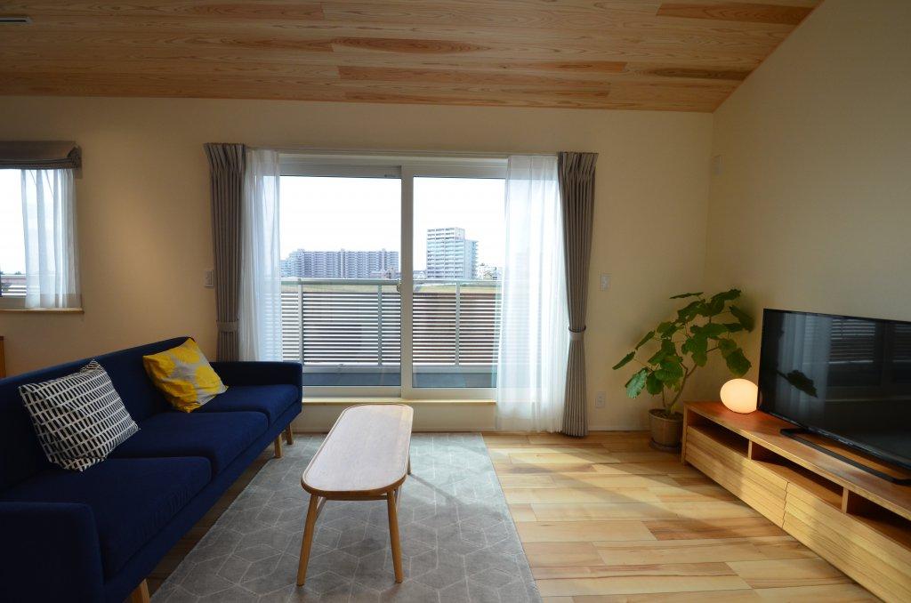 2階に配置したリビングは見晴らしの良いリバービューのプライベート空間。天井は杉板張りで木の温もりを感じられる心地よさ。