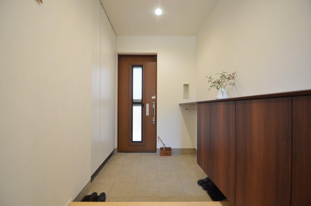 落ち着いた佇まいの玄関。収納も充実させて片付いた印象に。
