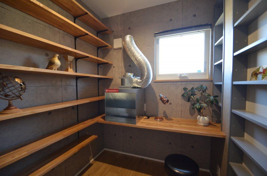 塗装ブースを備えた趣味のスペース。壁面いっぱいの可動棚は収納力たっぷり。