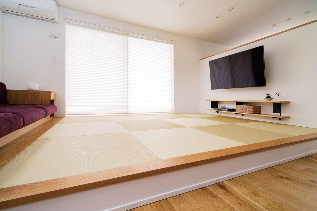 奥様が「憧れだった」と話す小上がり。造作ソファを設けたことで、一層くつろげるスペースになった。
