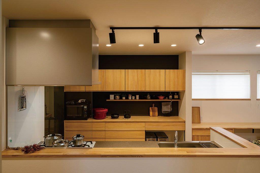 浮造り風のカップボードを取り入れ、キッチンも和と洋を融合。