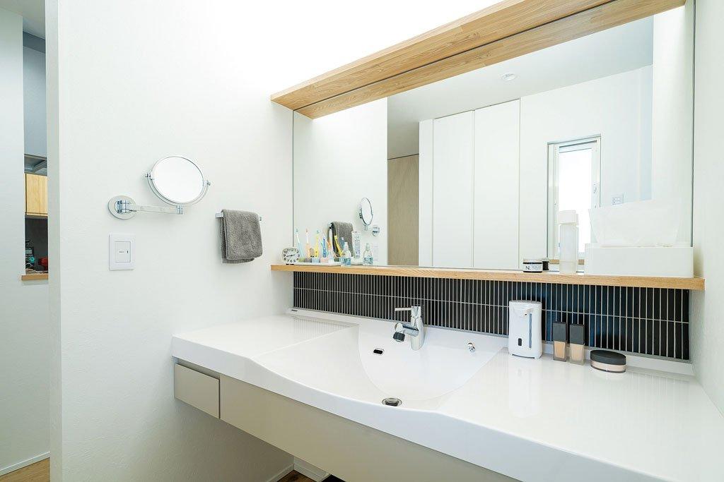 ボウルが一体になった広い洗面台は、水に濡れてもさっと拭き取れて便利。