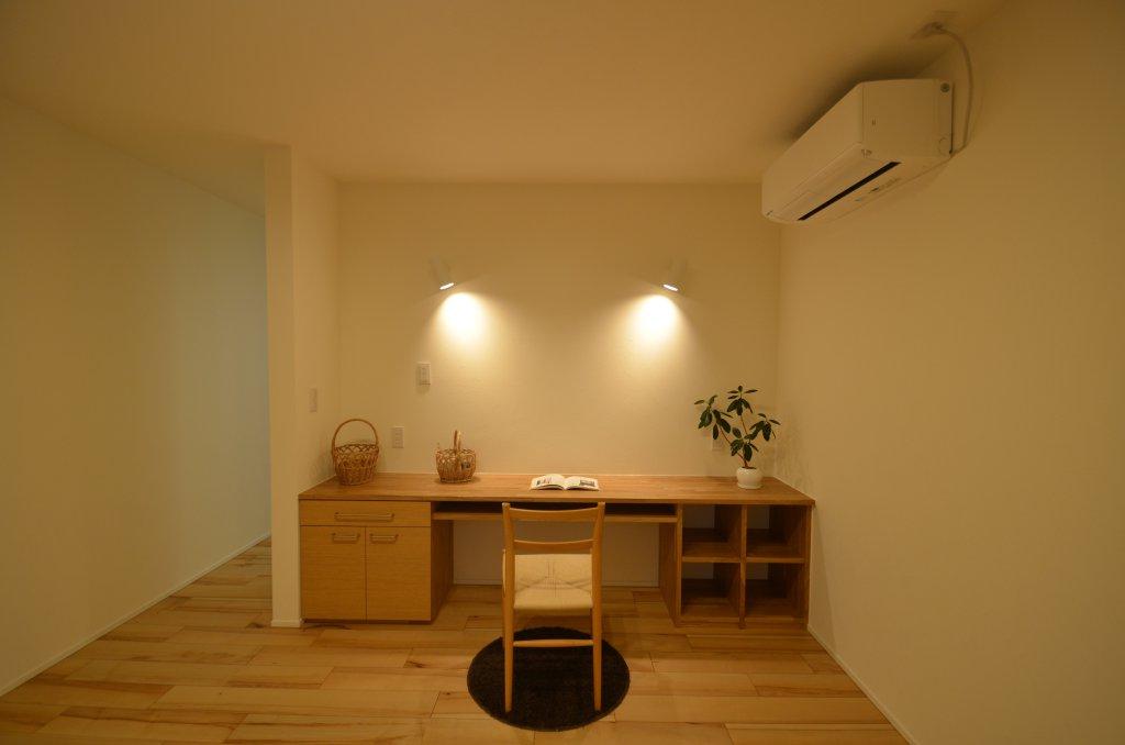 半畳フチなし畳のモダンな和室。神棚、そして将来的には仏壇を置く予定のスペースを確保しました。