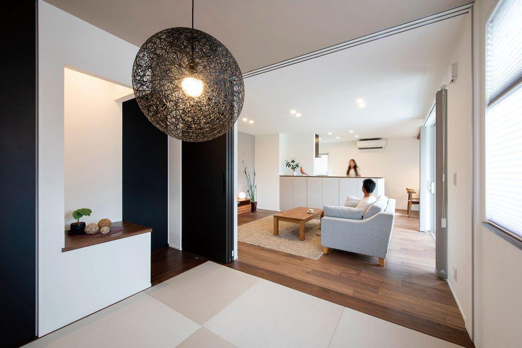 和室から見たLDK。和室は引き戸で仕切ることができ、玄関からはプライベート空間を通らずに直接、客を迎えられる。ここから見ると、キッチンやダイニングが死角になっていることがよく分かる。