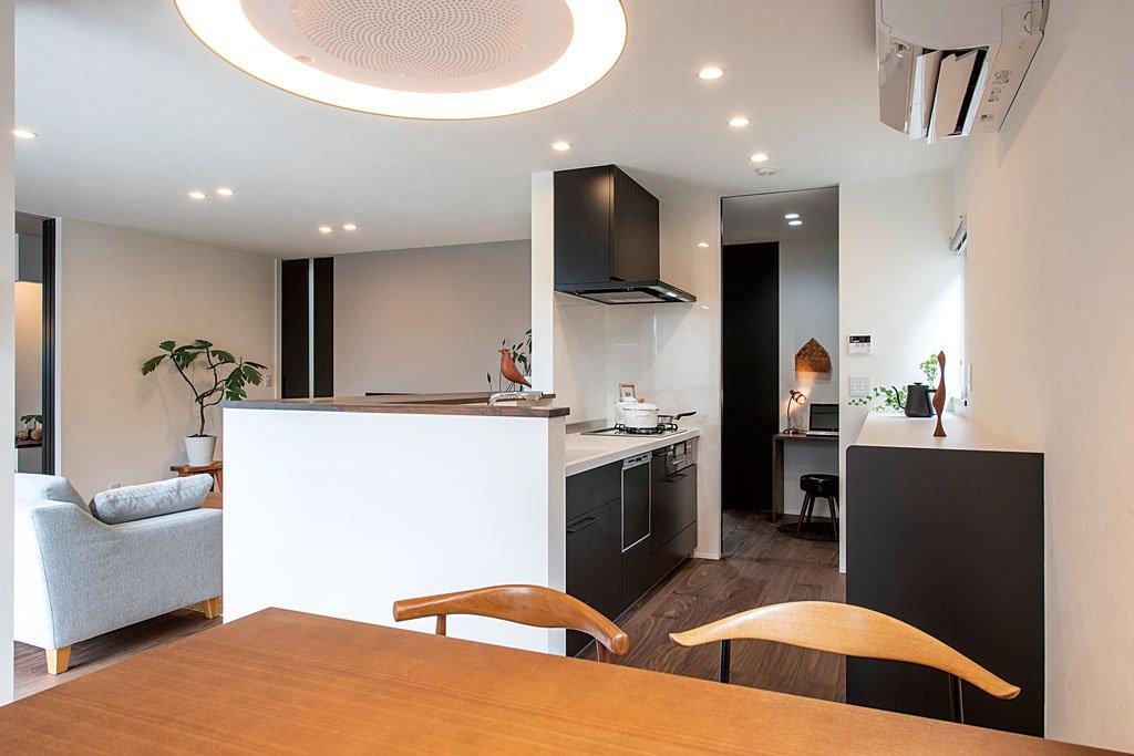 十分な収納力を備え、いつもスッキリした状態を保てるキッチン。キッチン、パントリー、洗面脱衣室という動線を築き、家事の効率化も図られている。