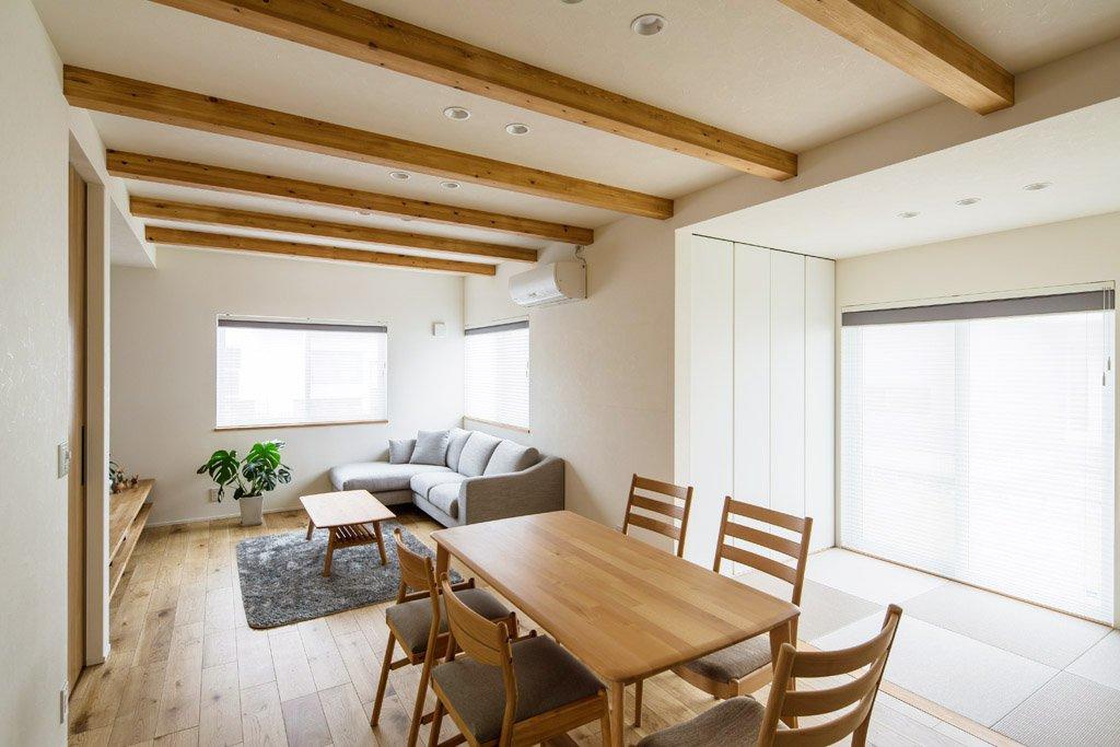 キッチンからリビングやダイニング、畳コーナーでくつろぐ家族が眺められる。冬は床暖房で足元から心地よい暖かさに。